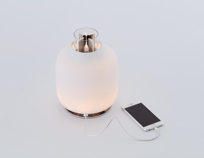 CANDELA design Francisco Gomez Paz per Astep Il sistema all'interno della lampada genera elettricità da un fiamma per accendere la luce a LED.