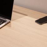 """""""Ahrend Puk"""" di Ahrend è un nuovo accessorio da scrivania per ricaricare lo smartphone senza fili. (image courtesy of Ahrend.com)."""