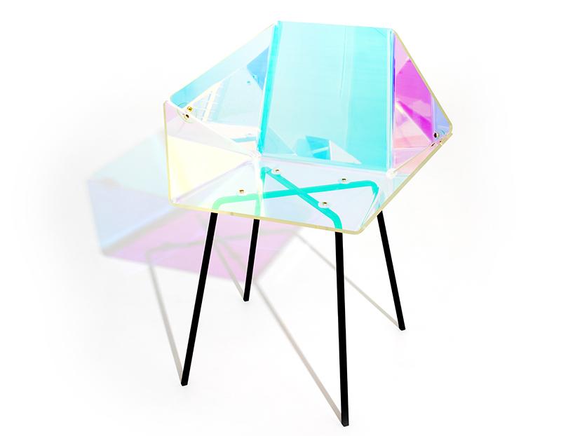 Prismania chair_di EliseLuttik, è ricoperta da una pellicola dicroica dall'inusuale effetto a bolle. (Photography by Lisa Klappe).