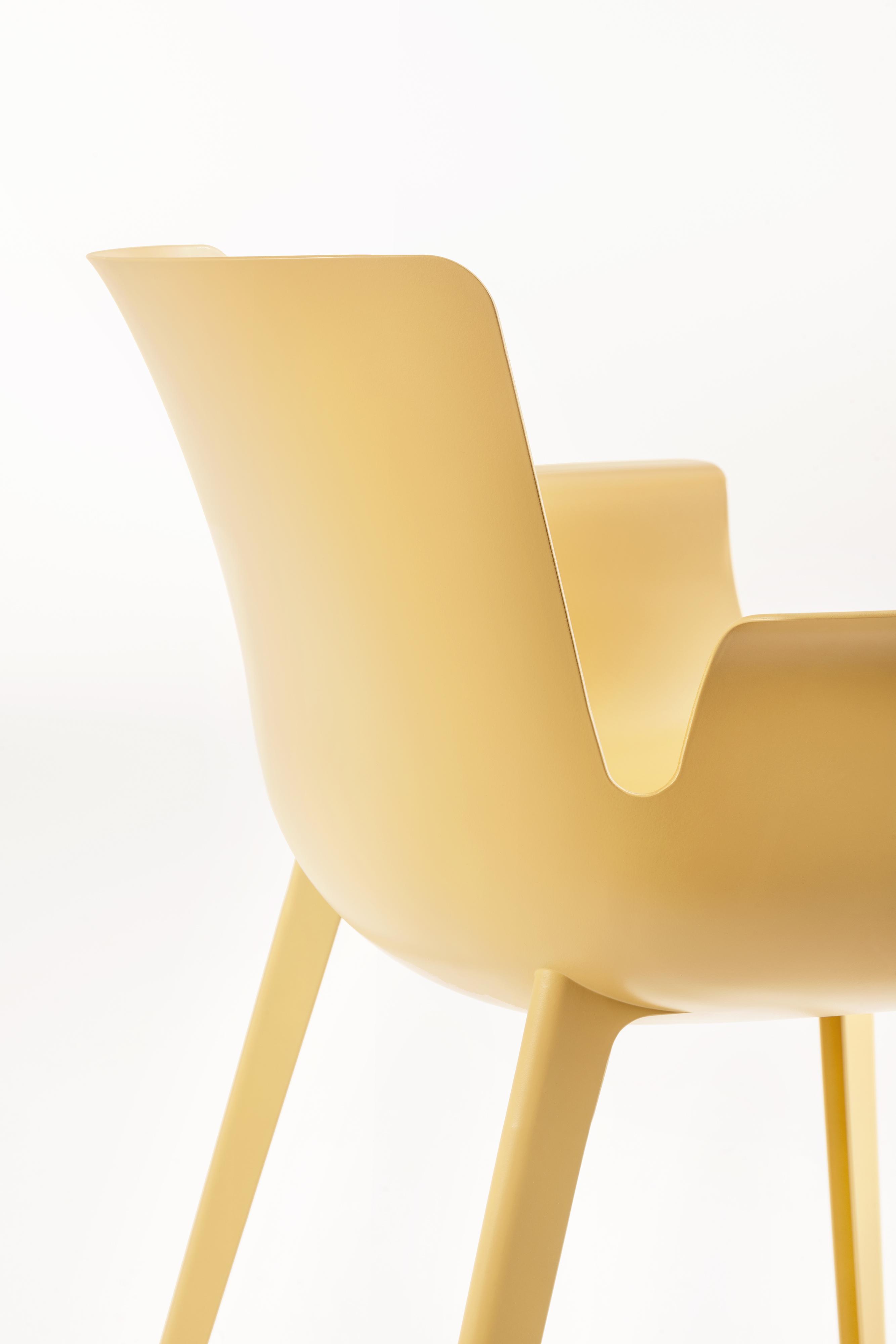 Piuma design Piero Lissoni per Kartell Peso 2.2 kg, spessore 2mm.