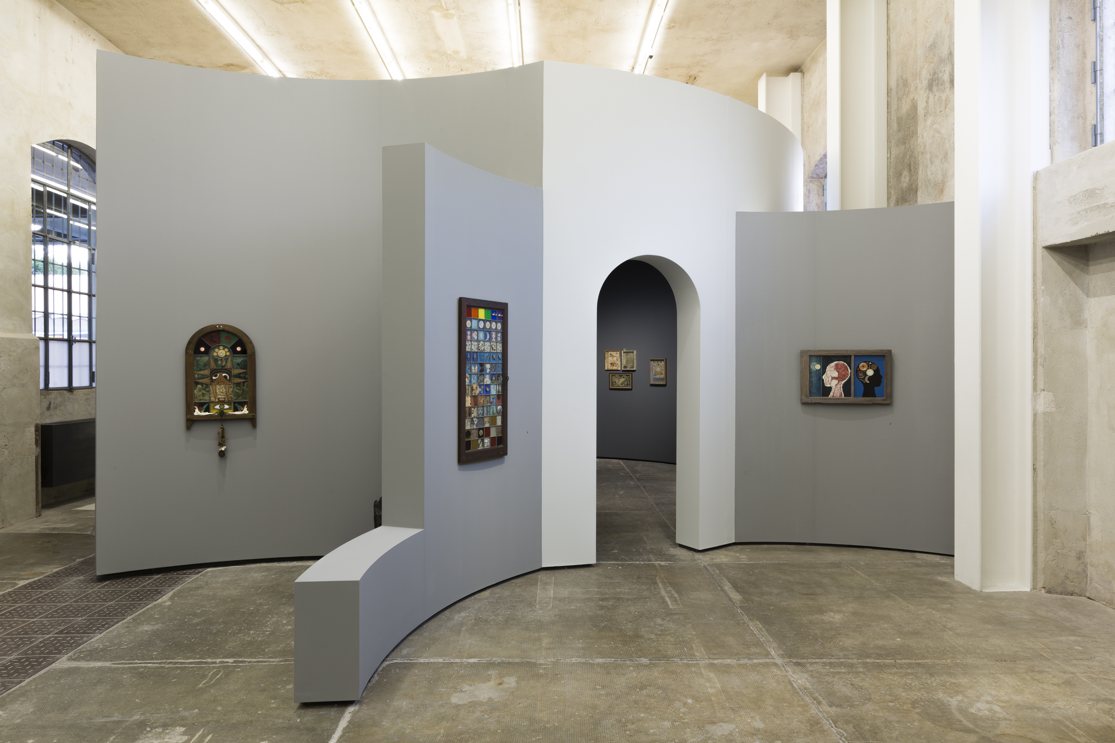 Betye Saar: Uneasy Dancer. Immagine della mostra. Da sinistra a destra: Ten Mojo Secrets, 1972, Mystic Window for the Universe, 1972, The Phrenologer's Window_II, 1966. Photo Roberto Marossi. Courtesy Fondazione Prada