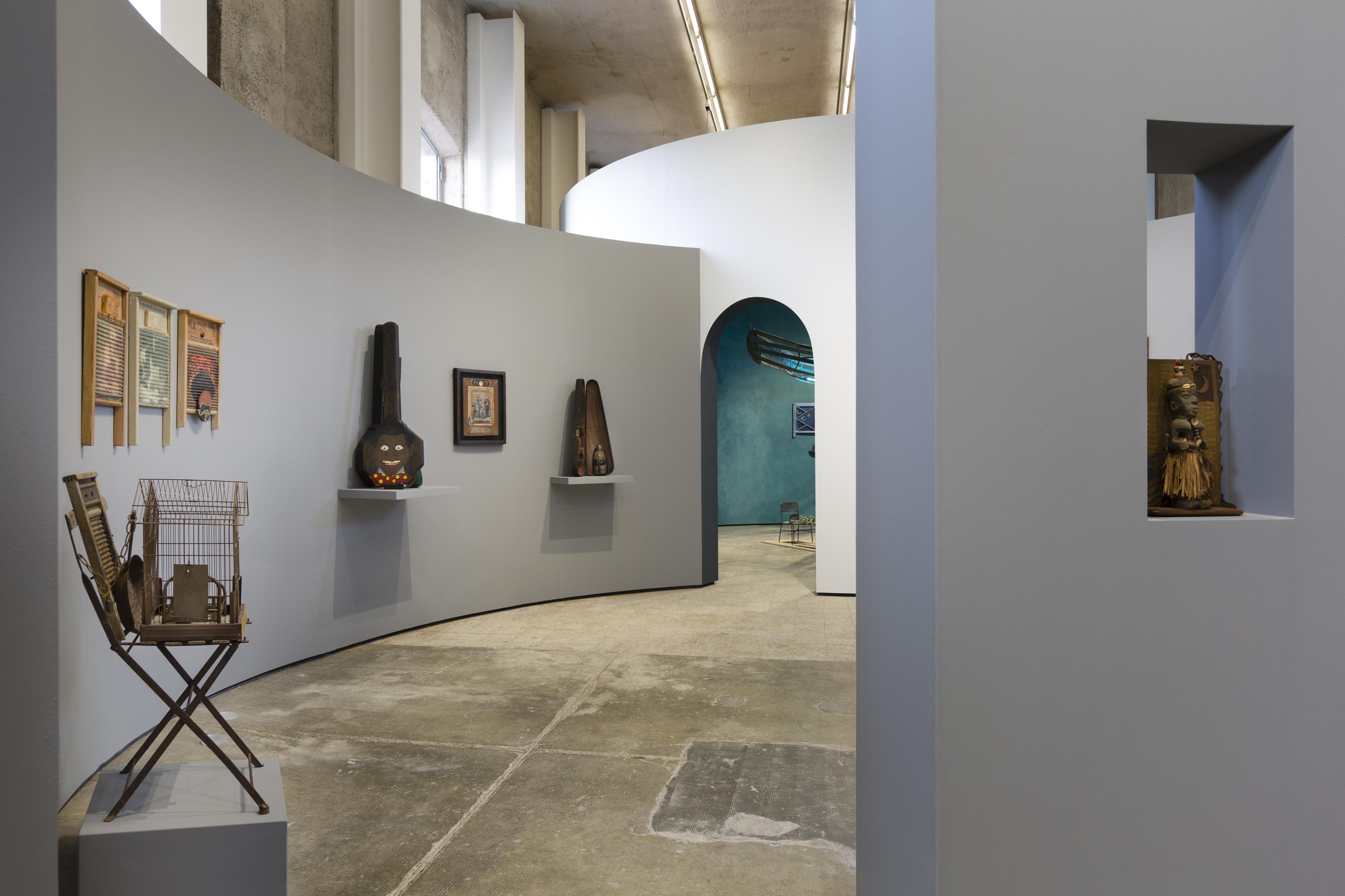 Uneasy Dancer. Immagine della mostra. Photo Roberto Marossi. Courtesy Fondazione Prada